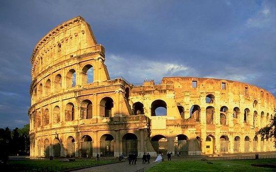 800px-ColosseumAtEvening.jpg